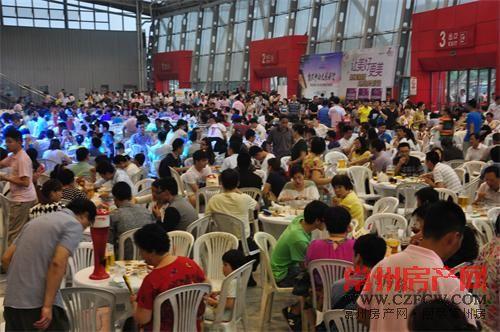 几千名业主来到这场啤酒狂欢盛宴,共庆苏南龙湖5周年