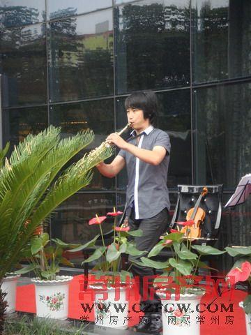 活动现场萨克斯表演-典雅花园 8月28日盛大开盘 热销进行中