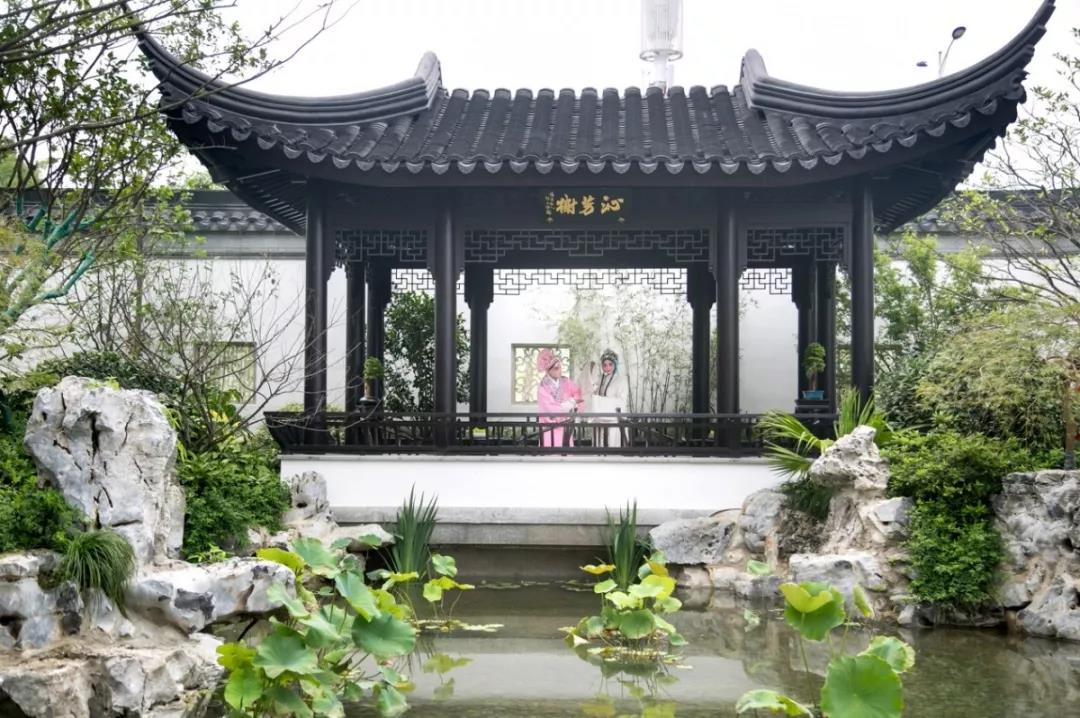 设计手法,将中式院子与苏式古典园林相结合,层层递进的院落和庭院曲径